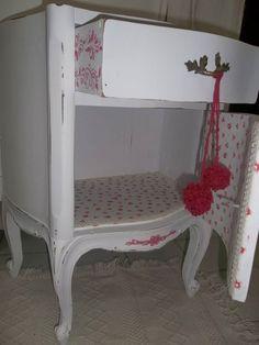 mesa de luz provenzal totalmente renovada , tapizada en su interior.