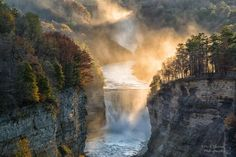 Mist on the falls from Inspiration Point, courtesy Dick Thomas Photography.