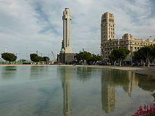 Santa Cruz de Tenerife - La Plaza de España con un lago artificial. A la derecha, la torre del reloj del Cabildo.