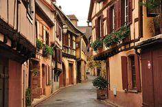 Cualquier ruta por la región francesa de Alsacia requiere una parada en Ribeauvillé (o en alsacianoRappschwihr). Es una vez más, uno de esos pueblos que podrían protagonizar un cuento …