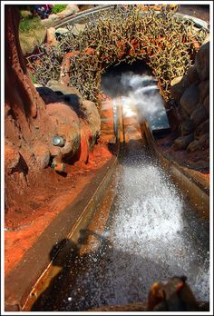 If you& finally found your laughing place, how come you aren& laughing? Splash Mountain at Disneyland. Disney Rides, Disney Parks, Walt Disney World, Disney Dream, Disney Fun, Disney Theme, Parc A Theme, Splash Mountain, Disney World Magic Kingdom