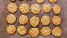 Everyone loves a good snack especially when they are light crunchy and buttery! Save the recipe for Rosemary-Parmesan Crackers! Low Carb Biscuit, Low Carb Bread, Keto Snacks, Snack Recipes, Cooking Recipes, Keto Recipes, Savoury Biscuits, Food Vocabulary, Raspberry Smoothie