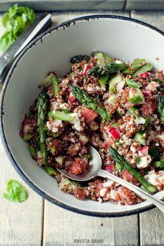Sałatka ze szparagami - Przepis: Quinoa Salad with Asparagus and Radish Quinoa Recipes Easy, Raw Food Recipes, Salad Recipes, Vegetarian Recipes, Healthy Recipes, Healthy Foods, Lunches And Dinners, Meals, Healthy Eating