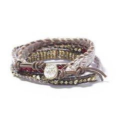 Noosa Amsterdam handgemaakte Nivkh Nomad-armband. Deze Nivkh bracelet is gemaakt door ambachtslieden in India. De kralen van metaal en glas zijn rondom een leren koord geweven. De Nivkh Nomad-armband is geïnspireerd op kleding van het inlandse Nivkh-volk, dat vlak bij het Russische eiland Sachalin leeft. De metalen muntjes, schijfjes, belletjes en kralen werden gebruikt om de zoom van een jurk te decoreren. Ze bieden de drager kracht en bescherming - Roze dessin - NummerZestien.eu