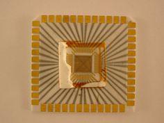 [Chip sin encapsular]. [19--].  ([S.l.]: Hewlett-Packard). 3,5 x 3,5 x 0,5 cm. Museo Histórico de la Informática (Boadilla del Monte, Madrid) http://www.mhi.fi.upm.es   Colección Digital Politécnica http://cdp.upm.es/R/?object_id=477815&func=dbin-jump-full