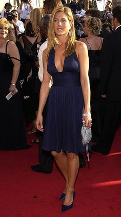 Jennifer Aniston🌷opted for a navy cocktail dress with a low neckline. Jennifer Aniston Dress, Jeniffer Aniston, Jennifer Aniston Pictures, Beautiful Celebrities, Most Beautiful Women, Rachel Green Outfits, Talons Sexy, Navy Cocktail Dress, Red Carpet Looks