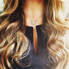love the size of this monogram necklace! My Hairstyle, Pretty Hairstyles, Hairstyles Haircuts, Monogram Necklace, Tips Belleza, Hair Dos, Gorgeous Hair, Her Hair, Wavy Hair