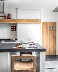 KITCHEN | Frisse achtergrond, meegaande kasten met keukenkleur, binnendeur (Freja Home Styling)