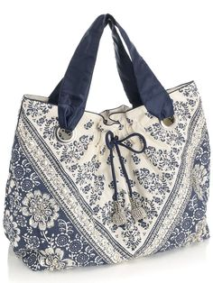 cute bag inspiration - no instruction but looks like a simple tote with eyelets :) . Diy Handbag, Diy Purse, Handmade Purses, Handmade Handbags, Patchwork Bags, Quilted Bag, My Bags, Purses And Bags, Bag Quilt