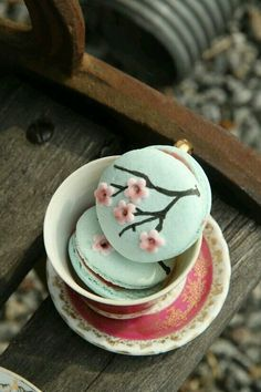 This article is a picture story on 21 macaron pictures that are so cute you'll want to bite into them immediately. This is on the occasion of World Macaron Day which is on 31 May Cute Desserts, Delicious Desserts, Dessert Recipes, Yummy Food, Spring Desserts, Macaron Cookies, Cake Cookies, Cookies Et Biscuits, Kreative Desserts