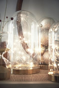 IKEA Minilichterketten lassen Glasglocken elegant erstrahlen. Arrangiere sie so, dass sie einem Sternenhimmel ähneln.