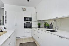 Moderni valkoinen avokeittiö Kitchen Dining, Kitchen Cabinets, Home Decor, Decoration Home, Room Decor, Cabinets, Home Interior Design, Dressers, Home Decoration