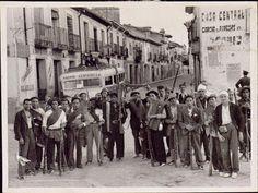 Un grupo de milicianos posa en las calles de Buitrago. Según el pie de foto se trataría de campesinos pertenecientes a la columna del alemán Max Salomón. Foto AHN. World History, Madrid, Civilization, Ww2, Spanish, Street View, Travel, Watches, Black