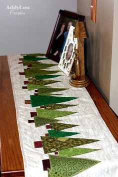 Addy Lou Creates: Handmade Christmas Cheer {Tree Table Runner:Tutorial} These would also be cute placemats! Table Runner Tutorial, Table Runner Pattern, Christmas Projects, Holiday Crafts, Tree Table, Table Runner And Placemats, Patchwork Quilting, Quilting Ideas, Quilting Patterns Free