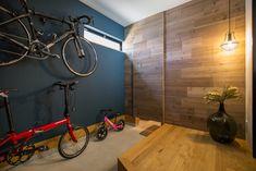 【玄関】 玄関は土間収納も兼ねて広目にとりました。趣味のひとつである自転車も悠々と収納できます。壁と間仕切り用の造作扉には、足場板を加工して、壁の羽目板と造作扉を製作しました。