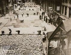 1930 photo, workers assemble bricks to build the roadway on Street in New York. (AP / New York City Municipal Archives, Borough President Manhattan) Vintage New York, Retro Vintage, Photos Du, Old Photos, Vintage Photos, Photographie New York, New York City Photos, Samana, New York Street