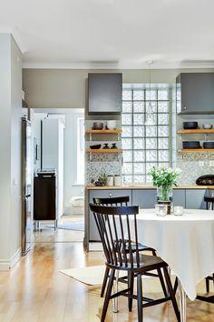 Pavés de verre en vedette #kitchen #diningroom Dirty Kitchen Design, Modern Kitchen Design, Interior Design Kitchen, Kitchen Dinning Room, Glass Kitchen, Kitchen Living, Home Renovation, Home Remodeling, Glass Blocks Wall
