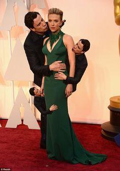Scarlett Johansson defende John Travolta depois de foto que virou meme no #Oscar >> http://glo.bo/1Gz7luj