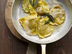 Gefüllte Nudeln mit Salbeibutter ist ein Rezept mit frischen Zutaten aus der Kategorie Pasta. Probieren Sie dieses und weitere Rezepte von EAT SMARTER!