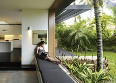 Day bed window seat with sliding stacking windows opening to garden by andrew burges architect Interior Architecture, Interior And Exterior, Australia House, Sydney Australia, Window Benches, Window Bed, Blog Deco, House Extensions, Ramen