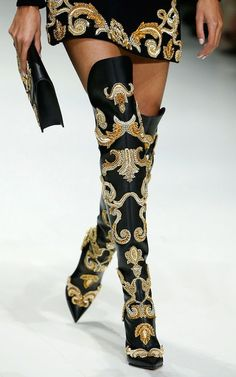 The best shoes on the catwalk of Milan Fashion Week - Versace - # . - The best shoes on the catwalk of Milan Fashion Week – Versace – - Estilo Burning Man, Bootie Boots, Shoe Boots, Versace Shoes, Prada Shoes, Versace Versace, Runway Shoes, Milan Fashion Weeks, Fashion Boots