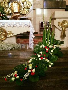 Tips On Sending The Perfect Arrangement Of Flowers – Ideas For Great Gardens Creative Flower Arrangements, Church Flower Arrangements, Silk Floral Arrangements, Beautiful Flower Arrangements, Elegant Flowers, Beautiful Flowers, Church Christmas Decorations, Cemetery Decorations, Altar Decorations
