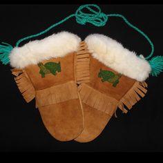 Moose Hide Gauntlet with white rabbit fur trim and green beaded turtle design, and hide fringe. Native American Regalia, Native American Beading, Native American Art, Crochet Mitts, Native Style, Loom Patterns, Rabbit Fur, Keep Warm, Fur Trim