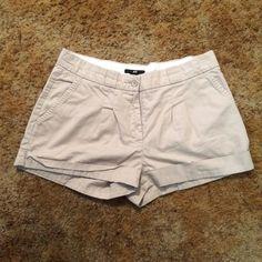 H&M Khaki Shorts H&M brand. Women's size 6. Khaki material. 100% cotton. Zero flaws. H&M Shorts