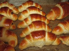 Boissons Non Alcoolisées schnelle softe Hefeteig-Hörnchen – Teig muss nicht gehen – Cuisine et Boissons Croissant Dough, German Baking, Tasty, Yummy Food, Bread Baking, Finger Foods, Sweet Recipes, Bakery, Food Porn