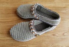 Pattern Crochet Clogs Free Crochet Slipper Pattern, Crochet Baby Shoes, Crochet Slippers, Crochet Hats, Crochet Lovey, Blanket Crochet, Macrame Patterns, Crochet Patterns, Crochet Ideas