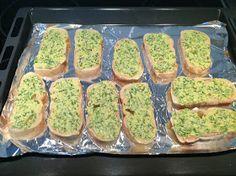Hjemmelavede hvidløgsbrød er bare 100 gange bedre end de frosne varianter fra supermarkederne. De kan varieres som man ønsker dem, aftene...