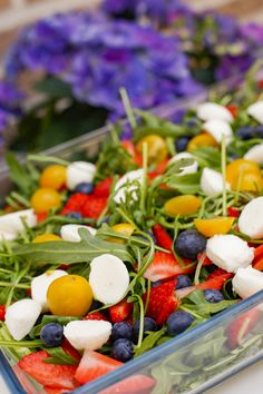 Rucola Salat mit Erdbeeren und Tomaten Delicious summer salad rocket salad with strawberries for barbecuing. The recipe can be found under the link. What Is Glass, Roasted Eggplant Dip, Tropical Fruit Salad, Fish Shapes, Arugula Salad, Brunch, Food And Drink, Strawberry, Tattoos