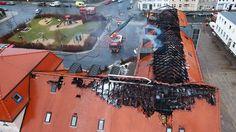 Deutschland im Februar 2016: Der ausgebrannte Dachstuhl der geplanten Flüchtlingsunterkunft in Bautzen (© Christian Essler/dpa, 21. Februar 2016).