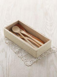 木のボックスに麻ひもを巻きつけると、ナチュラルなボックスに早変わり。/夏の手編みかごバッグ(「はんど&はあと」2012年7月号)
