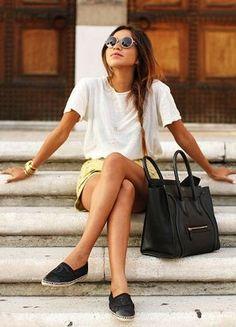 白Tシャツと黄色ショートパンツとシャネルエスパドリーユコーデ