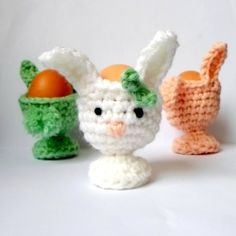 Free crochet pattern for these cute bunny egg-cups! Very easy and very fast project to add to your (easter) breakfast table.