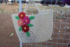 Bolsa para praia de crochê com detalhes de flores. Pode ser feita em outras cores. Feita em barbante, endurecida com resina. R$ 56,00