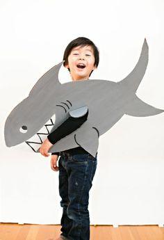 ein Kostüm aus Karton selber machen   Haifisch für kleinen Jungen