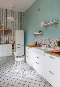 Kitchen makeover to give it a second life and modernize it - Dominique Gueit - - Relooking cuisine pour lui donner une seconde vie et la moderniser trendy kitchen makeover - pastel blue paint, retro plaid splashback and forest wallpaper - Kitchen Interior, New Kitchen, Kitchen Dining, Kitchen Decor, Kitchen Wood, Kitchen Colors, Vintage Kitchen, Küchen Design, House Design