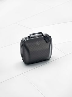 The Louis Vuitton Business Case i8 crafted in carbon fibre comprises two ultra-resistant, thermo-compressed semi-rigid shells that follow the curves of the BMW i8 back seat perfectly.