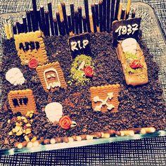 MasslosKochen ist im Halloween Fieber - gleich werden die ersten Gräber geöffnet. Wir sind bereit für die massloseste Exhumierung! Es wird unendlich schokoladig - Ready 4 Halloween  #massloskochen #halloweenideas #halloweenfoodie #halloween #instafood #friedhof #graveyard #cemetery #yummy #candy #chocolate #death #deathbychocolate #schokolade #schokoholic #greepy #today #baking #oreo #biscuits #sweets #trickortreat #halloween2016 #grab #rip #hungry #desserts @ich.liebe.foodblogs @food_59…