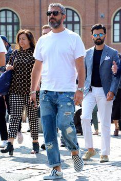 70年代、ヒッピー、グランジといったファッショントレンドキーワードを自然に取り込むことのできるアイテムといえばダメージジーンズだ。クリーンなファッションにアクセントを加える意味でも見逃せないボトムである。今回はダメージジーンズにフォーカスして注目の着こなし&アイテムを紹介! ダメージジーンズ×ネイビーTシャツコーデ ダメージ加工が施されたブルージーンズにネイビーTシャツを合わせてグラデーションを表現したコーディネート。ダメージに加えてヴィンテージ加工が施されているジーンズのデザインが着こなしにこなれ感をプラス。 ENTRE AMIS(アントレアミ) 405 ガガ 詳細・購入はこちら ダメージジーンズ×ベスト×シャツコーデ デニム生地で仕立てられたベストにダメージジーンズを合わせたまとまりのあるコーディネート。上下デニムアイテムの組み合わせだが、白シャツを間に挟むことでこれ見よがし感を回避。足元に合わせたタッセルローファーが締りのある表情を与えている。 n(n) BY NUMBER (N)INE(エヌエヌ バイ ナンバーナイン) TAPERED PANT_STRECH DE...