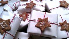 Julekalender i hvitt papir med rød snor. Her er pepperkakene datolapper. DU kan fortsatt klare å få denne også ferdig. Feksimile fra mamma.no