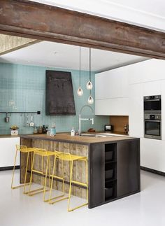 Cozinha com Detalhes em Ferro e Banquetas Amarelas. Really like the spots of color w/the neutrals. Home Kitchens, Kitchen Remodel, Kitchen Design, Kitchen Dining Room, Modern Kitchen, Kitchen Interior, Kitchen Dinning, Home Decor, House Interior