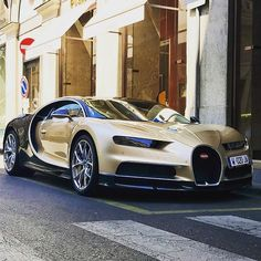 Came across this Chiran right in Milan !!#carspotting #bugatti #lovecars #carslover #spotting #instacars #1500hp #hypercar #luxurycars #supercars #milan #gold #chiron #instagood #crazy #power