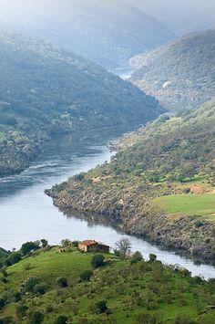 El río Tajo, ya embalsado por la presa de Cedillo. Alcántara, Cáceres.
