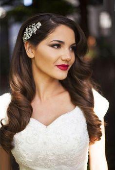 16 Seriously Chic Vintage Wedding Hairstyles   hair down vintage style   weddingsonline