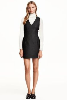 Sleeveless dress: Sleeveless fitted dress in woven fabric with a V-neck, shaping seams in the sides, pockets in the side seams and a visible zip at the back. Lined.