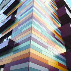 Panneau coloré pour façade ou toiture
