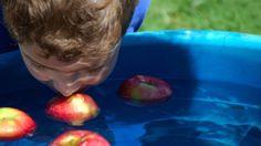 Apfel fischen der Klassiker für den Kindergeburtstag. Schönes Spiel für draußen für einen Kindergeburtstag